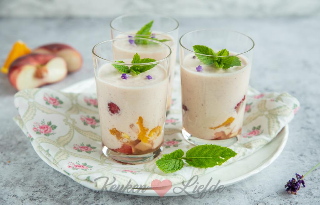 Roomyoghurt met perzik en framboos