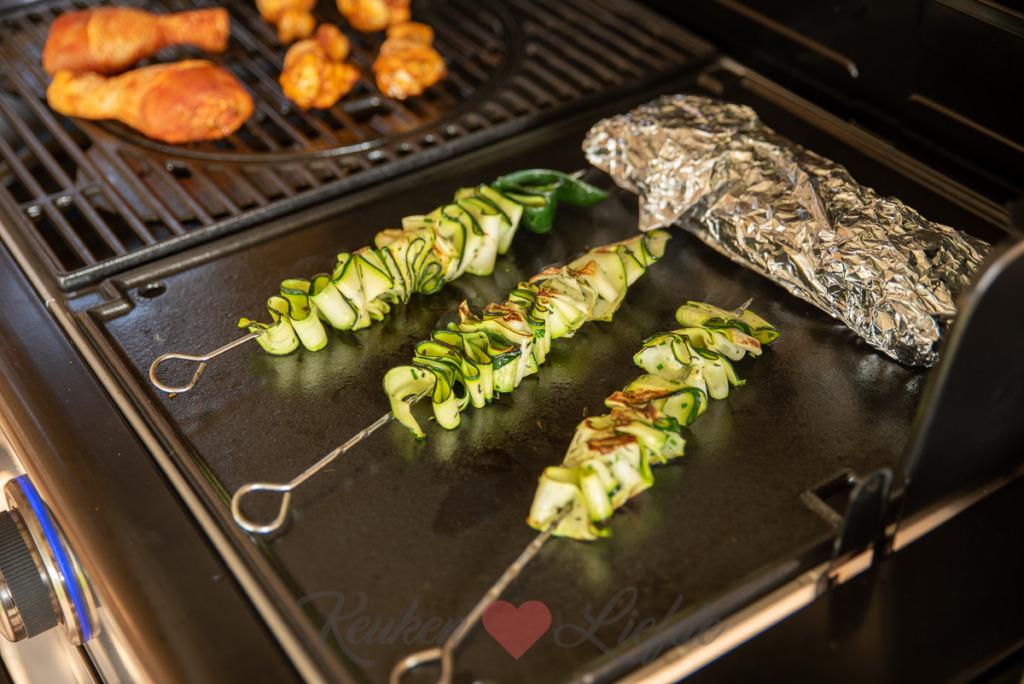 Courgettespiezen van de barbecue