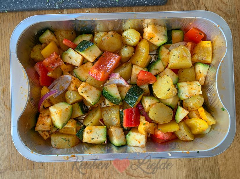 Gekruide aardappeltjes en groenten van de barbecue