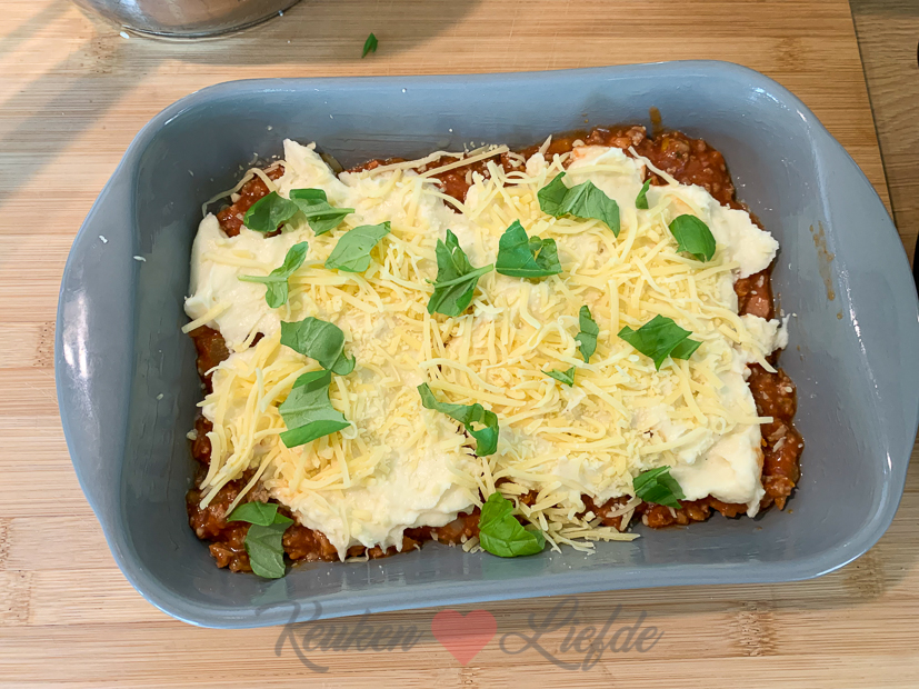 Aardappelschotel met bolognesesaus