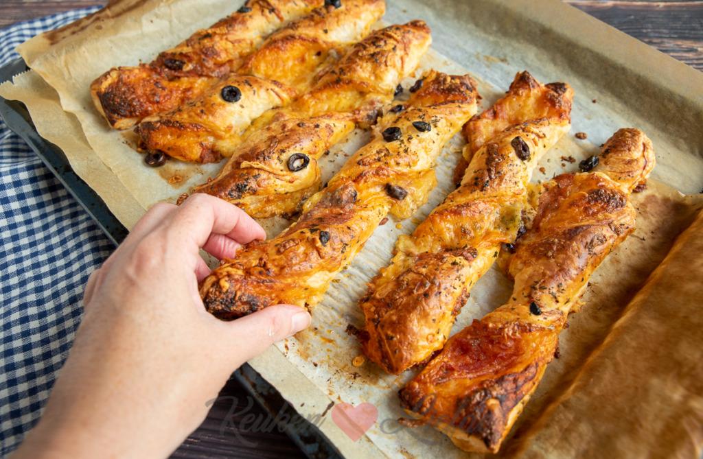 Bladerdeeg pizza stengels